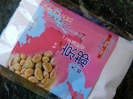 蒸籠で蒸して経木に包む。京に伝わる伝統の「ごま塩納豆」