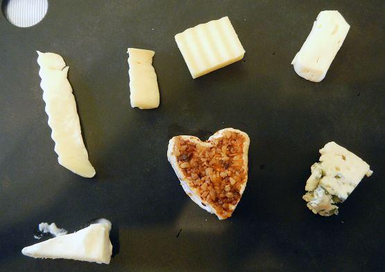 可愛い店員さんにハート型チーズを差し出され最高のX'mas