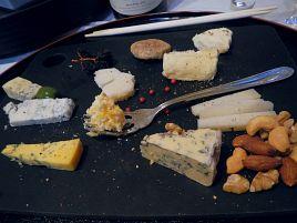 お節に肉に酒にチーズ…正月ヤヴァすぎ新年会はパスねw
